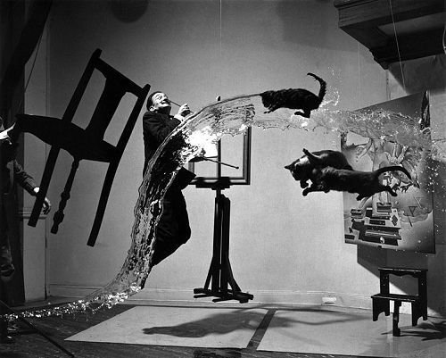 DALI Salvador (1904-1989) et HALSMAN Philippe (1906-1979), Dali Atomicus, 1948  (les tableaux sont suspendus,  la chaise tenue, les chats sont lancés, l'eau jetée et Dali saute -  photo ayant nécessité 28 essais).