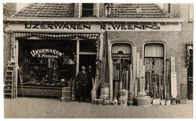 Gelukkig zijn er nog altijd winkels die de tand des tijds hebben doorstaan. Zo zit IJzerwaren R. Weening al sinds 1924 in de Meeuwerderweg. Het bedrijf zit nog steeds in de familie en verkoopt ondertussen naast ijzerwaren, huishoudelijke artikelen en doe-het-zelf artikelen, ook keukens in de Oosterpoort. Even paar panden verderop in de straat zit nu ook een HUBO van de familie Weening.
