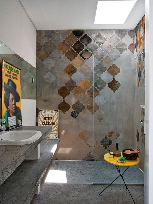 Spielen Sie mit Farbe, Form und Struktur. Die Duschtapete gibt es in vielen verschiedenen Designs.