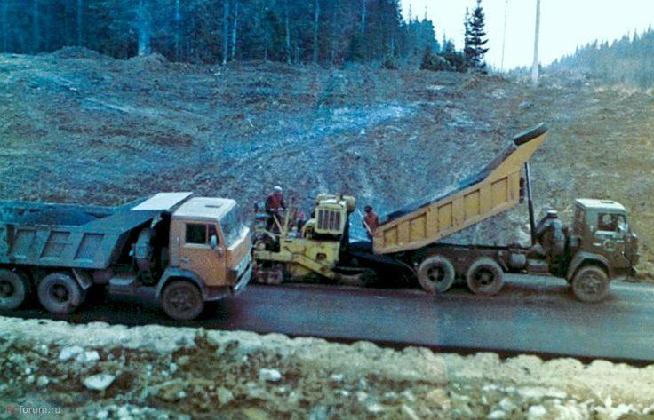 КамАЗы 5511 на строительстве дороги. Кемерово 1980г