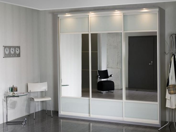 INARIA - Lynx A - liukuovi, kirkas peili / valkoinen lasi. Valkoiset kehykset, liukuovikaappi harmaalla rungolla.