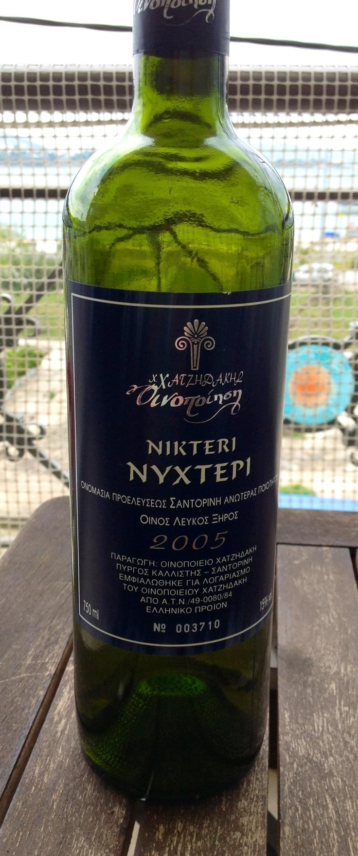 2005 Hatzidakis Winery Santorini Assyrtiko Nykteri. I've tried this wine in its youth in 2006, and was curious to see its development. Clean medium golden. Medium intensity nose, with dominant minerality and hints of citrus, orange zest and some green apple. Full bodied (due to high alcohol of 15%) with medium+ acidity, medium lasting and same aromas of stone and some smoke. Very good but i was expecting a bit more, especially in terms of acidity and finish. 88 points