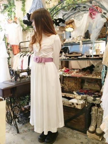 デコルテのお花レースがかわいらしく、真っ白で清楚なデザインのロングワンピースです。とろんとした素材感で肌触りが良く、ウエストゴムなので着やすいです。