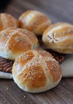 Petits pains pour sandwich     Ingrédients  :  500 g de farine  300 ml d'eau tiède  1 c.s de beurre ramolli  1 c.s de miel  10 g de levure...