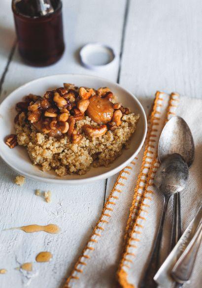 Gruau de quinoa et garniture de noix & bananes caramélisées  Déjeuner très nutritif et réellement bon.