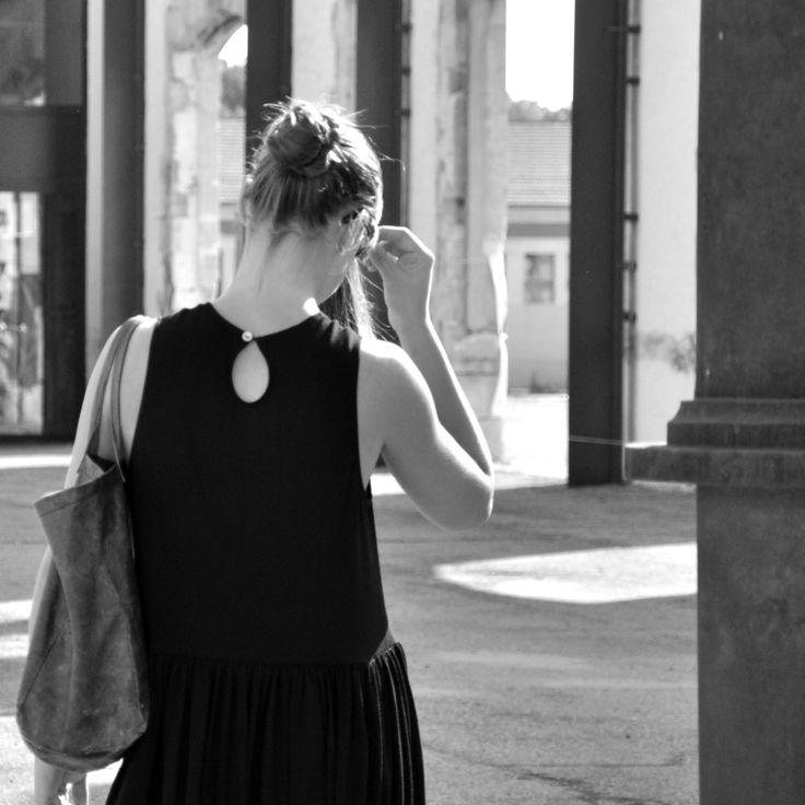 le dimanche 22 mars 2015 : Jeanne porte : - une robe à plis sans manche Uniforme en jersey noir : VDJ- chaussures : converse- cabas en cuir marron : VDJ