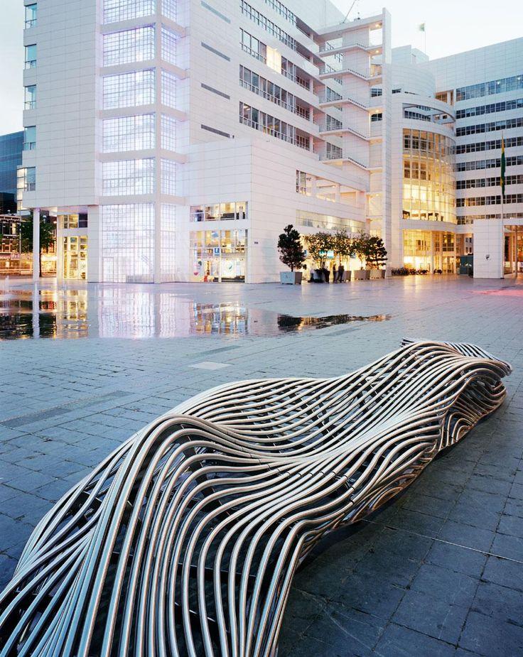 Il designer belga ha realizzato tre panchine scultoree per la piazza di Spuiplein, a L'Aia, utilizzando oltre 960 metri di tubi di acciaio inossidabile tagliato a laser in occasione del programma di riqualificazione urbana della città.