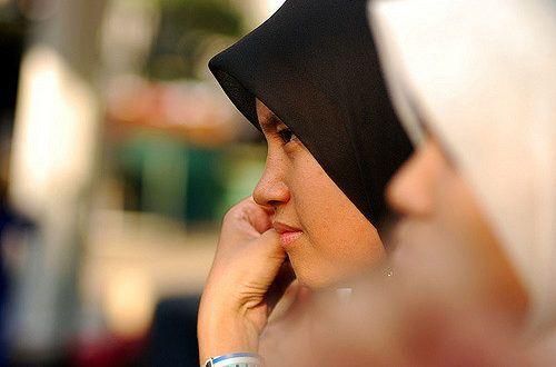 Um mehr Frauen aus der muslimischen Gemeinde für den Polizeidienst begeistern zu können, soll auch der Hijab – also das muslimische Kopftuch – Teil der schottischen Polizeiuniform werden dürfen.