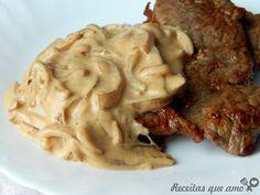 Este bife com molho cremoso de cebola é a salvação para um almoço rápido, gostoso e especial. É um jeito de levar aquele bifinho do dia a dia ao próximo nív