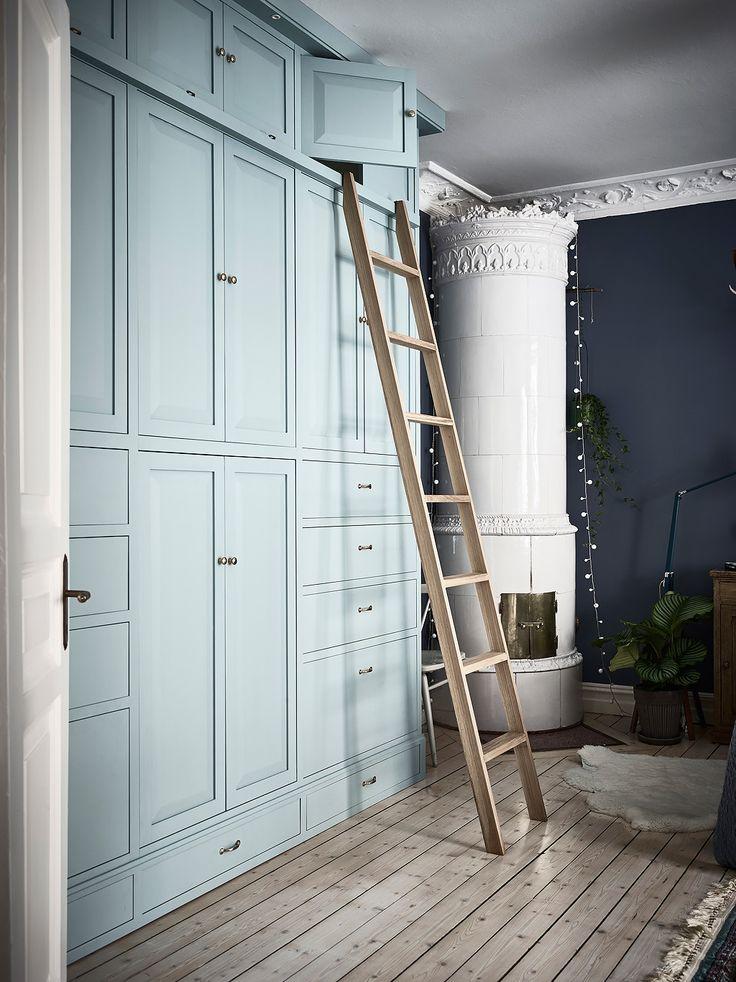 Bostadsrätt, Nordhemsgatan 72B i Göteborg - Entrance Fastighetsmäkleri blue built in cabinets wAll of closets ladder