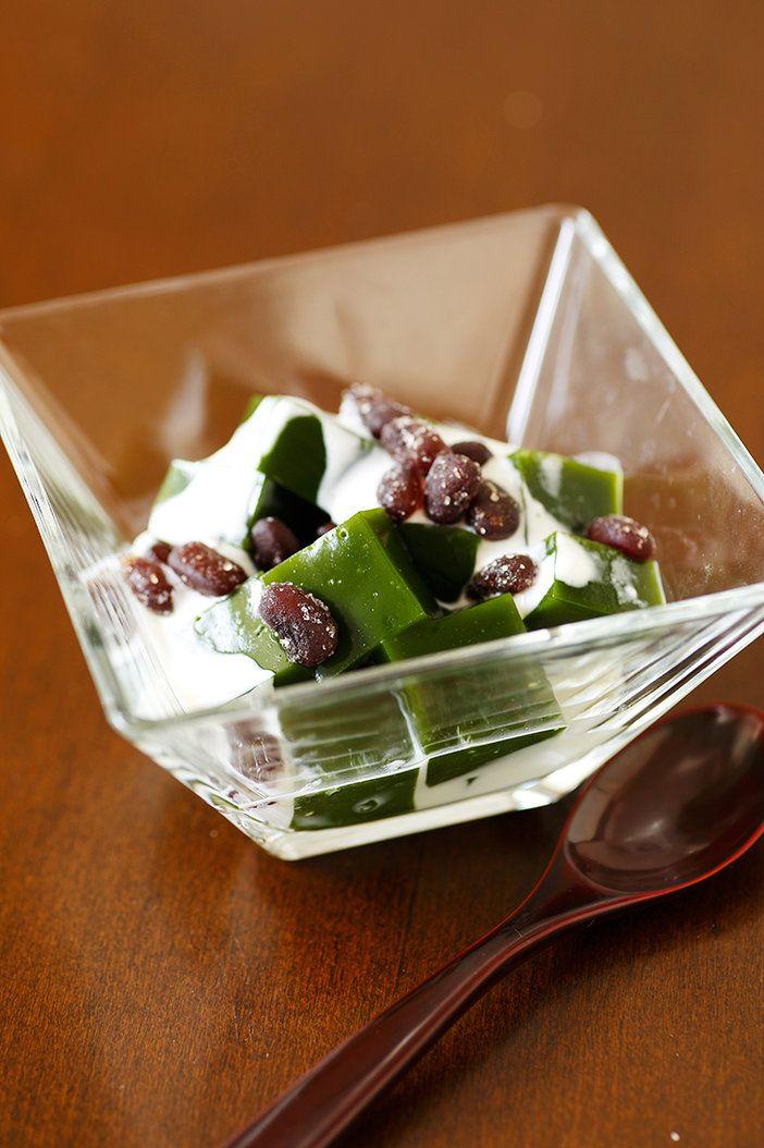 深緑色に輝く抹茶の大人味ゼリー。つるんとした喉ごしも絶品! 『ELLE a table』はおしゃれで簡単なレシピが満載!