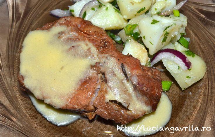 Ceafă de porc la cuptor, salată de cartofi noi, sos de lămâie și muștar