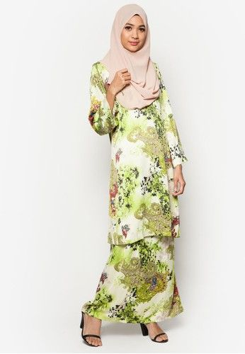 Baju Kurung Pahang Amirah from Butik Sireh Pinang in Green Look chic and sweet when you put on this Baju Kurung Pahang Amirah by Butik Sireh Pinang. Crafted from exquisite material, the classic Baju Kurung gets an upgrade with an all-over two-toned Indian paisley and abstract floral print that blends sea... #bajukurung #bajukurungmoden