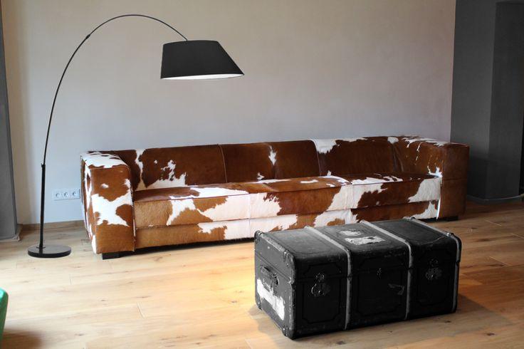 XXL bank Kubus van 320cm breedt, gestoffeerd in bruin met wit koeienhuid.