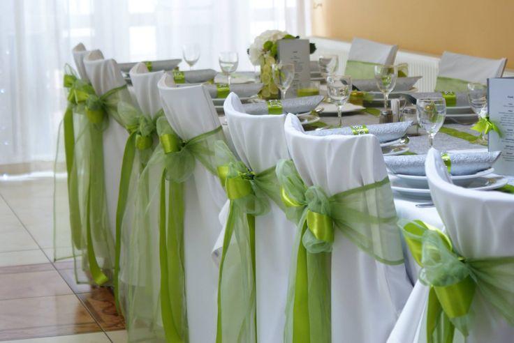 hagyományos zöld organza masnik egy kis szatén szalaggal feldobva, zöld-fehér esküvői dekoráció - Amaltheia Manufaktúra virág és dekoráció