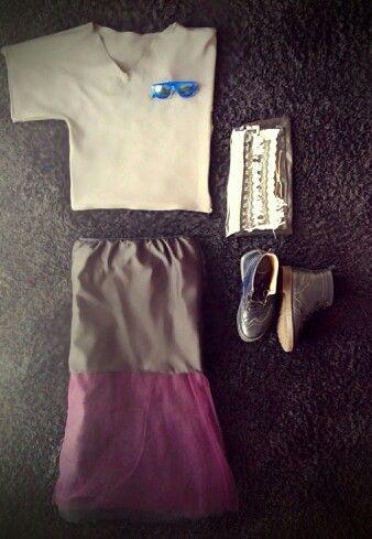 My blogging photos 2, my creative world.  Grey scuba asymmetric t shirt.  Rayban blue sunglasses.  Handmade tutu skirt.  Also blue me style boots.  Finaly handmade back feom leather by my self