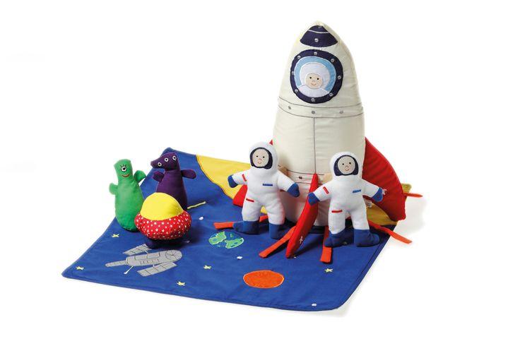 SPACESHIP Incluye una nave espacial, dos astronautas con tubos desmontables de oxígeno, dos marcianos, un platillo volante, y una estera con motivos del espacio . Un total de 9 piezas #OskarEllen #juguetesdetela http://www.babycaprichos.com/spaceship.html