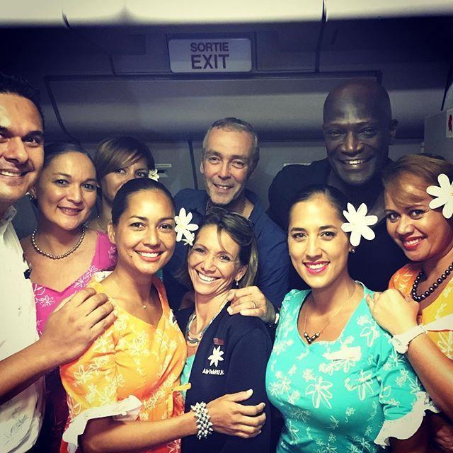 John Hannah, Peter Mensah et les membres d'équipage Air Tahiti Nui.