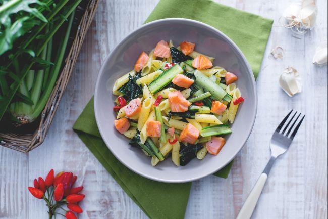 Se amate i gusti decisi, adorerete le penne con salmone affumicato e cicoria scottata: un primo piatto ricco e dal sapore autunnale.