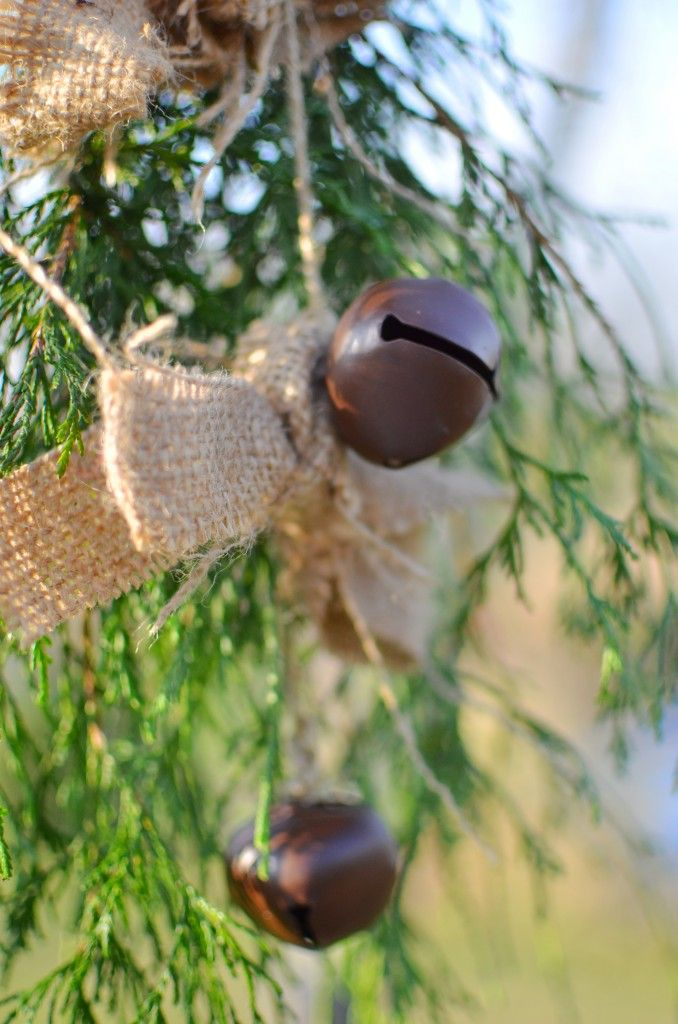 Easy little rustic garland -- burlap, jute, bells and some knots!  #colorfulthanks