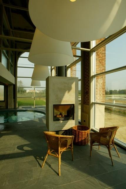 Un angolo di relax a bordo piscina