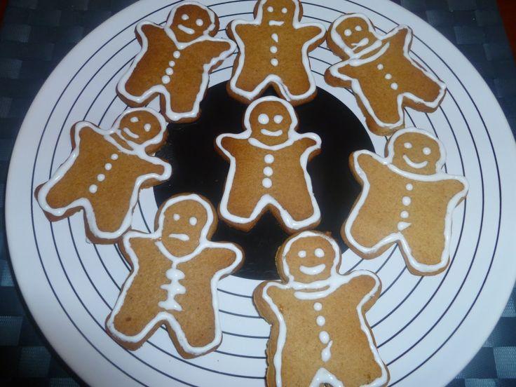 Για πρώτη φορά φέτος, αποφάσισα κι εγώ να κάνω τα λεγόμενα gingerbread.  Τα έβλεπα εδώ τα έβλεπα εκεί, κοριτσάκι είμαι κι εγώ και ζήλεψα...