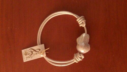Perla de gran tamaño con cuero del mismo color