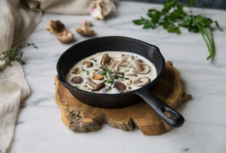 Einfachs Rezept für eine vegane Pilzsahnesoße mit frischen Kräutern. Foodreich ist ein Berliner Foodblog für gesunde Rezepte
