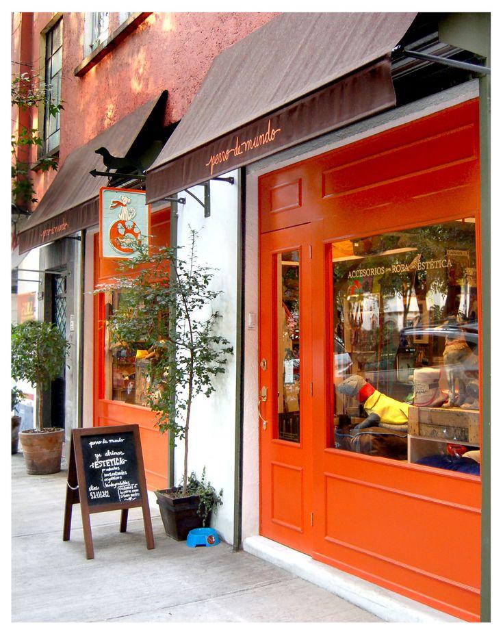 fachada tienda de perros, con un color naranja fuerte para llamar la atencion.  Alejandro Estevez