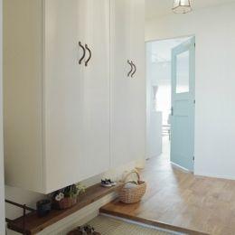 リノベーション / oliveの部屋 水色のリビングドアが印象的な玄関