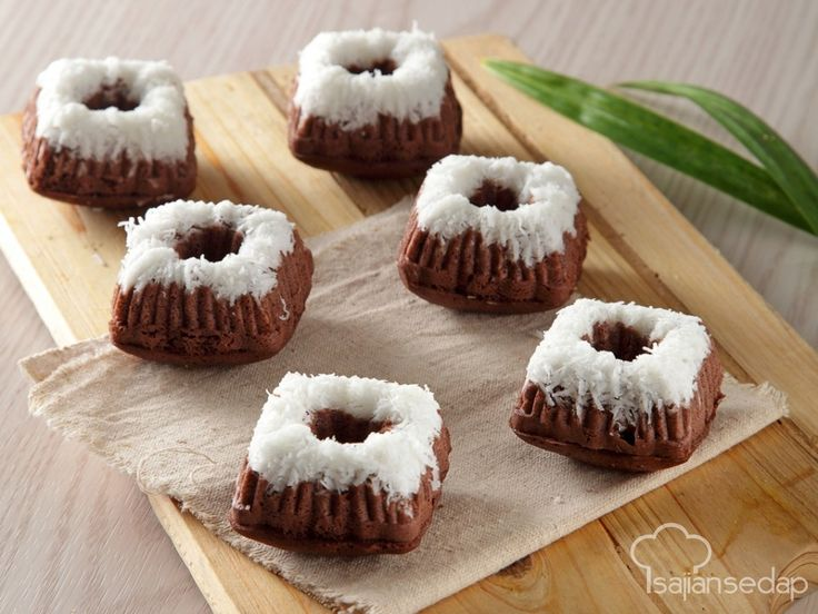 Mudah saja mengenalkan kue tradisional pada anak-anak, campur adonannya dengan rasa cokelat yang mereka sukai. Seperti Putu Ayu Cokelat ini, dijamin buat anak-anak ketagihan!