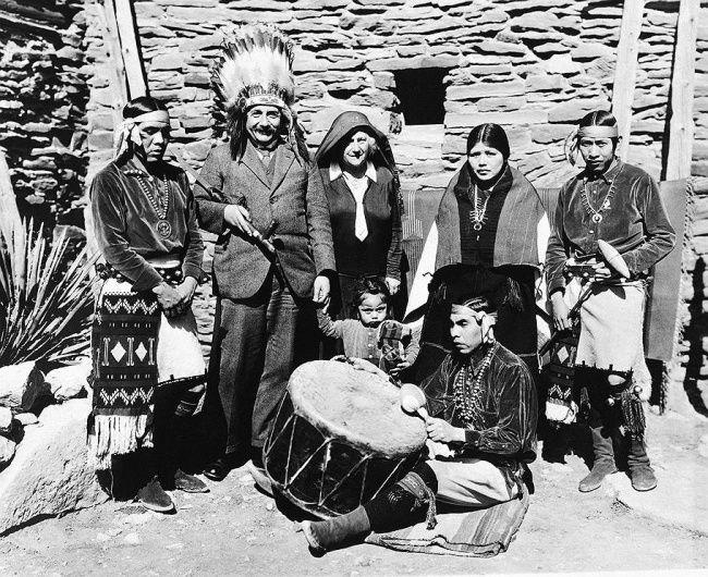Albert Einstein et sa femme Elsa avec des membres de la tribu hopi, au Grand Canyon, aux États-Unis, en 1931.