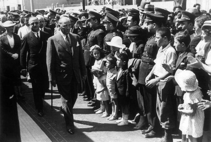 """Ankara Üniversitesi Rektörlüğü-nden yapılan açıklamada, şu ifadelere yer verildi:  """"Üniversite yönetimi olarak fotoğraflar seçilirken, Atatürk'ün özellikle öğrencilerle ve çocuklarla birlikte objektiflerin karşısına geçtiği anları kullanmayı tercih ettik. Türk eğitim sürecinin daha iyi anlaşılması, algılanması ve anlatılmasında Cumhuriyetin kurucusu Mustafa Kemal Atatürk'e ait fotoğraflar vazgeçilmez tarihi materyallerdir. Türk İnkılâp Tarihi Enstitüsü Arşivimizde hem bilimsel hem de…"""