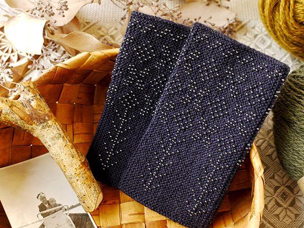 黒地に黒のパールビーズを編み込んだリストウォーマーは光り過ぎず、夜空に輝く星のようなシックさです。 ... | presse blog