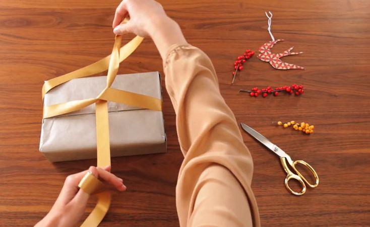 Geschenk einpacken und Schleife binden lernen - in der Schleifenschule