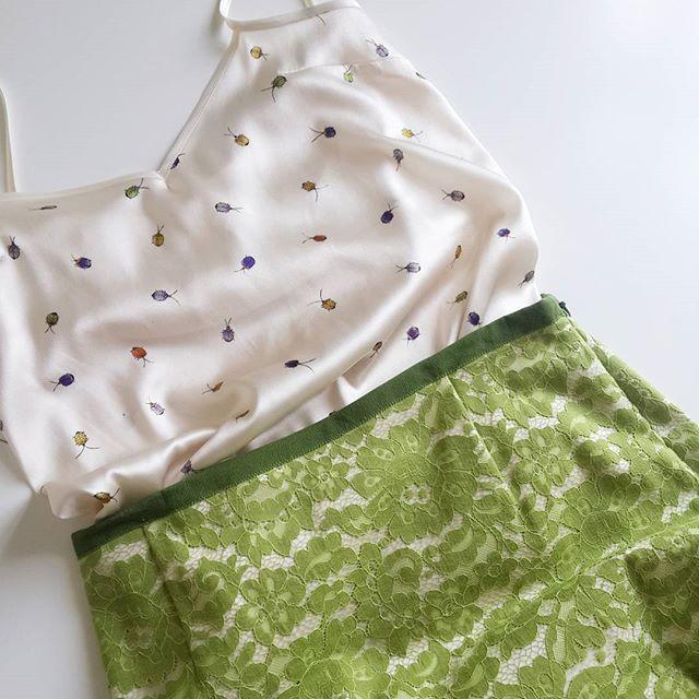 Ну и последнее на ближайшее время😉 Из остатков от топа с бантом получилась такая маечка под юбку,которая сшилась еще весной. @lomakinasv Спасибо за подсказку с беечкой. Окантовано шелковой беечкой в тон😉 Юбка из кружева,на поясе натуральная репсовая лента. Все просто,но я люблю💚💚💚 #silk #lace #burdastyle