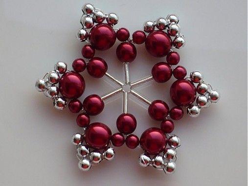 Snehová vločka je zhotovená kombináciou sklenených korálok, plastových korálok a krásnych bordových voskovaných perličiek....