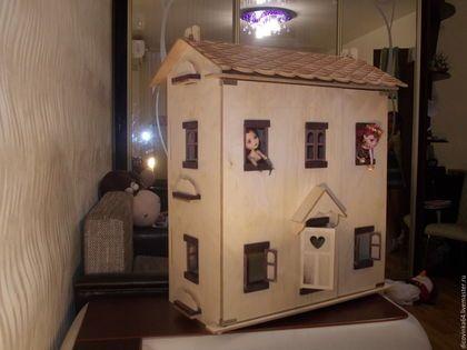 Купить или заказать Домики для кукол в интернет-магазине на Ярмарке Мастеров. Кукольные дома 2-х-3х этажные, с окнами и открывающимися ставнями. Домики могут быть крашеными в любой цвет или просто покрытыми бесцветным лаком. Крыша домика с имитацией черепицы съёмная, при необходимости можно использовать верхний ярус как ещё один этаж.
