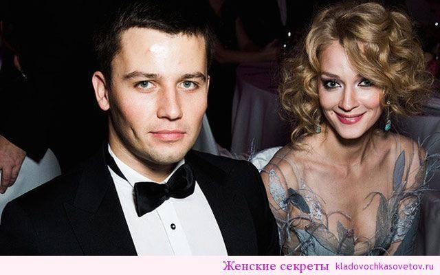 Светлана Ходченкова бросила жениха Георгий Петришин сделал романтическое предложение известной актрисе на сцене спектакля, в котором играла возлюбленная. Припав на одно колено перед избранницей, мужчина протянул Светлане кольцо и попросил стать его женой.