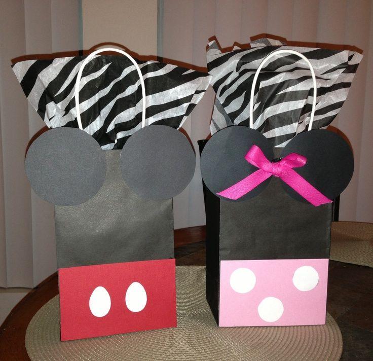 Bolsas de regalo con sorpresas para invitados. En color negro.