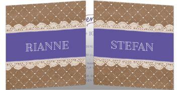 Klassieke trouwkaart met bruin kraftpapier en twee stroken kant met paarse balk voor jullie namen. Deze trouwkaart gaat vanuit het midden open.