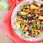 Bruine bonen in een zomerse taco salade, prima maaltje voor aankomende week  Het recept vinden jullie op de homepage // Francesca #francescakookt #bonenerbij #spon