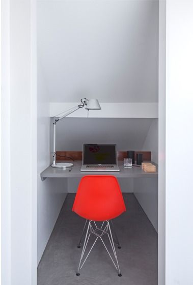 Небольшой домашний офис в стенном шкафу. .