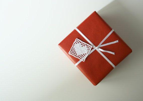 """Doesn't take much to say """"I love you mom"""" Non ci vuole molto per dire """"mamma ti voglio bene"""" #motherday #motherdaygifts  Guarda questo articolo nel mio negozio Etsy https://www.etsy.com/listing/210376033/heart-crochet-gift-tag-gift-wrapping"""