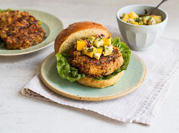 Vegetarischer Burger mit Avocado-Mango-Topping