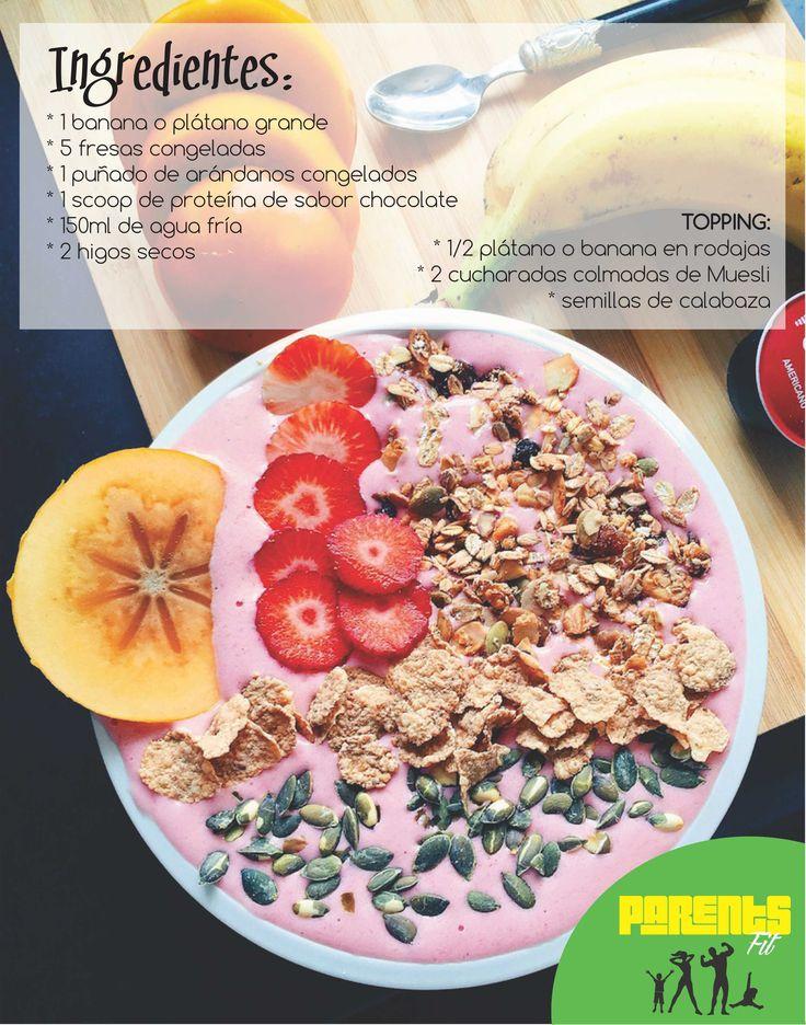 Coloca todos los ingredientes en una batidora de vaso o un procesador de alimentos y batimos bien. Vertemos en un bol, y colocamos los ingredientes del topping por encima, puedes elegir otros topping, otras frutas o nueces, copos de coco, arroz inflado integral… Lo que quieras!!!