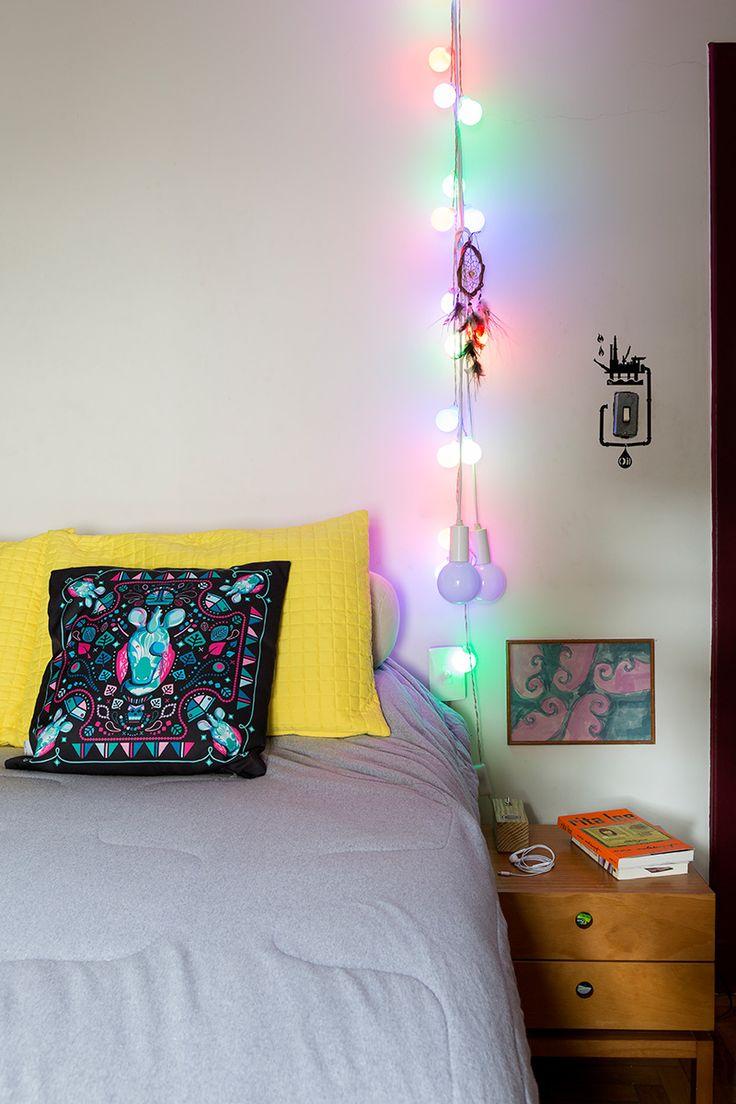 Casa pequena, casa charmosa, quarto clean, travesseiro amarelo, almofada estampada, luzes.