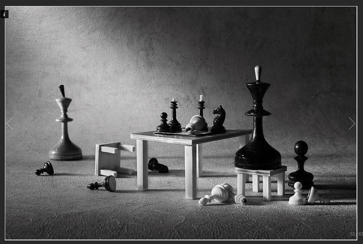 Al apagarse la voz del cuentacuentos, la partida se hace tangible. Las negras vuelven sobre sus pasos y ganan las defensas enrojecidas de ira del contrincante que-no-sabe-perder-y-se-rinde-antes-de-presentar-batalla. Juego de tronos éste que poco tiene que envidiar a un ajedrez cualquiera. (by ge minúscula) (photo: The game, by Victoria Ivanova)