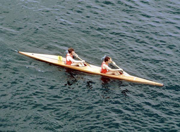 Steve King et Denis Barré du Canada participent à une épreuve de kayak aux Jeux olympiques de Montréal de 1976. (Photo PC/AOC)