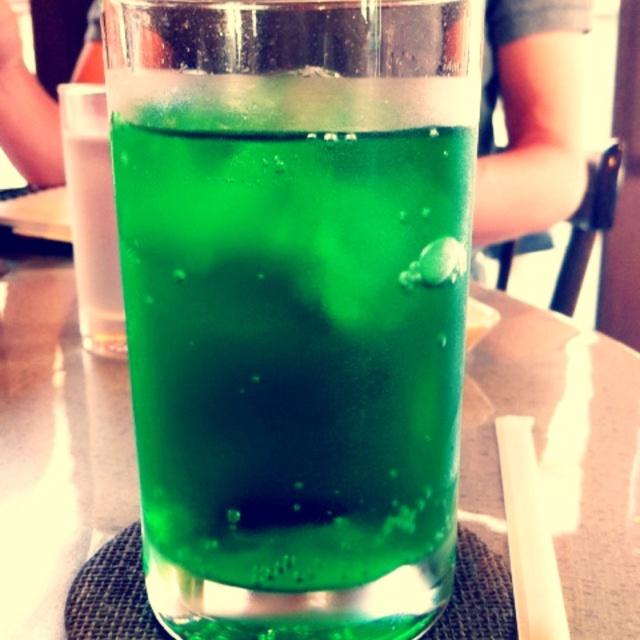 メロンソーダ 好きな飲み物でもあるし、透明なのに緑で色付いてるし、炭酸がシュワシュワしてて、コップに入れても綺麗だし、ついでるときに泡がでてくる感じが好き。
